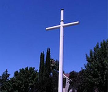 4 pav. Antenos keliamos net ant kryžių